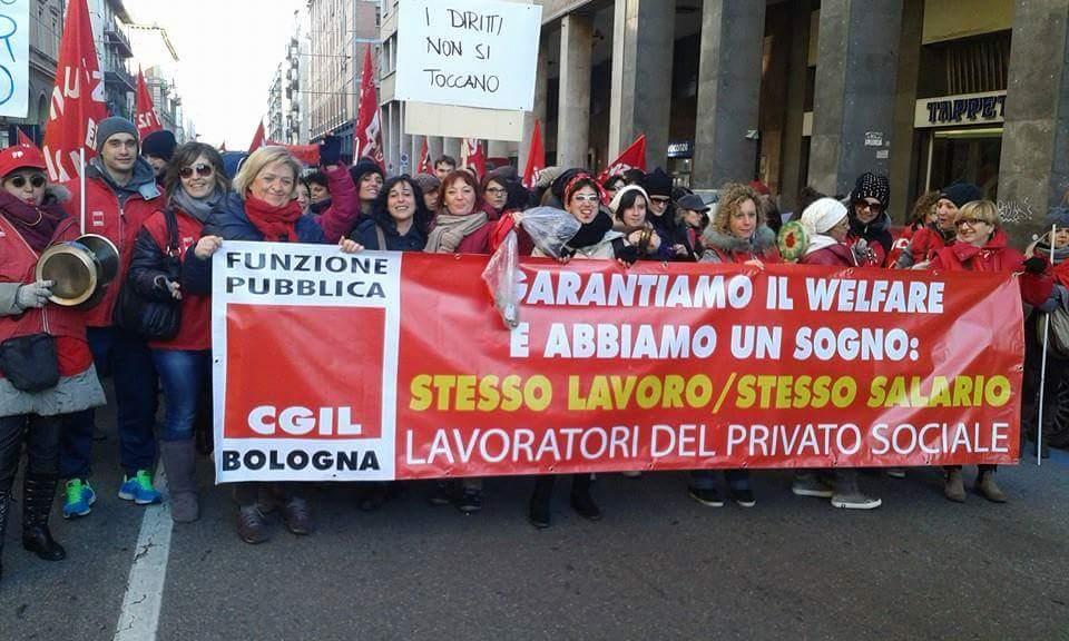 striscione coop sociali fp cgil manifestazione Bologna