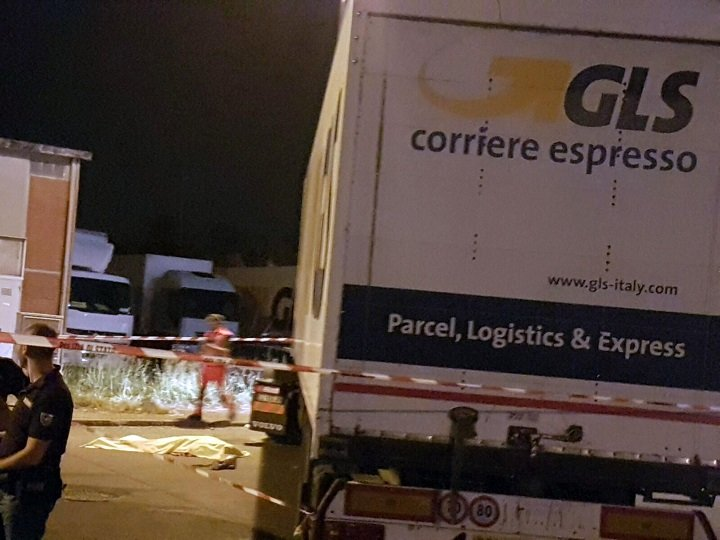 La foto fornita dall'ufficio stampa dell'Usb mostra il corpo dell'operaio egiziano di 53 anni travolto da un camion mentre stava picchettando all'esterno di un'azienda di logistica a Piacenza, 15 settembre 2016. ANSA/ USB - ANSA PROVIDES ACCESS TO THIS HANDOUT PHOTO TO BE USED SOLELY TO ILLUSTRATE NEWS REPORTING OR COMMENTARY ON THE FACTS OR EVENTS DEPICTED IN THIS IMAGE; NO ARCHIVING; NO LICENSING